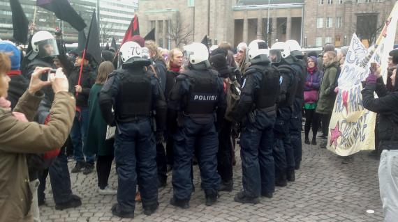 Poliisi vappuna kokoontumisvapautta turvaamassa.